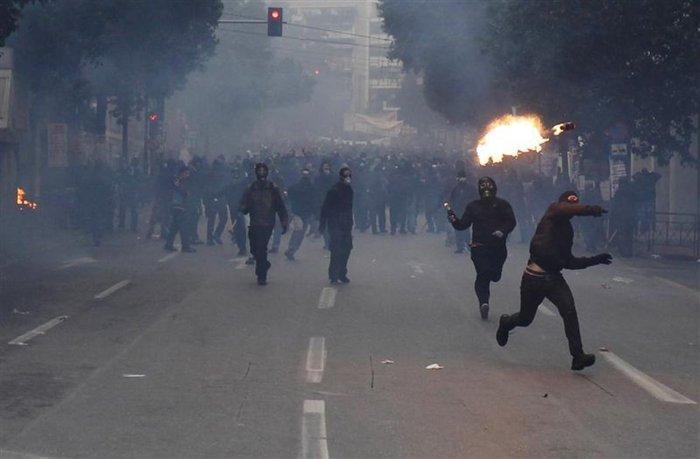 Σκηνικό πολέμου: Ποιοί είναι οι casseurs που κάνουν γυαλιά-καρφιά το Παρίσι - εικόνα 3