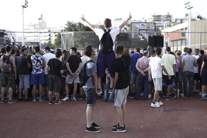 Οι θαυμαστές των αθλητών έκαναν ότι μπορούσαν για να τους δουν... Φωτο: SOOC