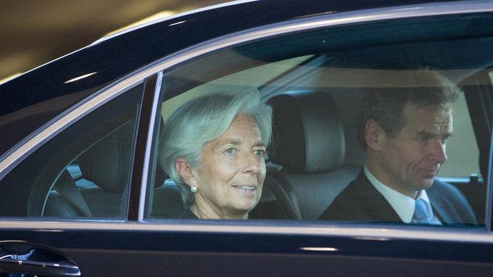 «Το ΔΝΤ, που υποστηρίζει έντονα την ελάφρυνση χρέους, πρέπει να πιέσει τους υπουργούς Οικονομικών της ευρωζώνης για αυτό το θέμα» τονίζει η αμερικανική εφημερίδα
