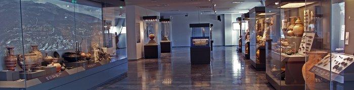 5. Γενική άποψη της Α αίθουσας στην οποία εκτίθενται αντικείμενα από την Προϊστορική έωςτην Παλαιοχριστιανική περίοδο που σχετίζονται με το δημόσιο και ιδιωτικό βίο της αρχαίας Ελεύθερνας.