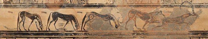 7. Λεπτομέρεια από την ανώτερη διακοσμητική́ ζώνη του αμφορέα. Απεικονίζεται λέονταςπου κυνηγά́ αίγαγρο έχοντάς τον αρπάξει από τα καπούλια, καθώς και τρία αλόγα που βοσκούν.