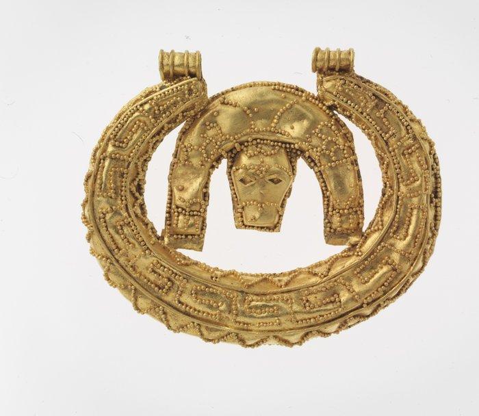 18. Χρυσό́ μηνοειδές περίαπτο με παράσταση λέοντα. 7ος αι. π.Χ. Νεκρόπολη Ορθής Πέτρας.Ελεύθερνα, Κρήτη.