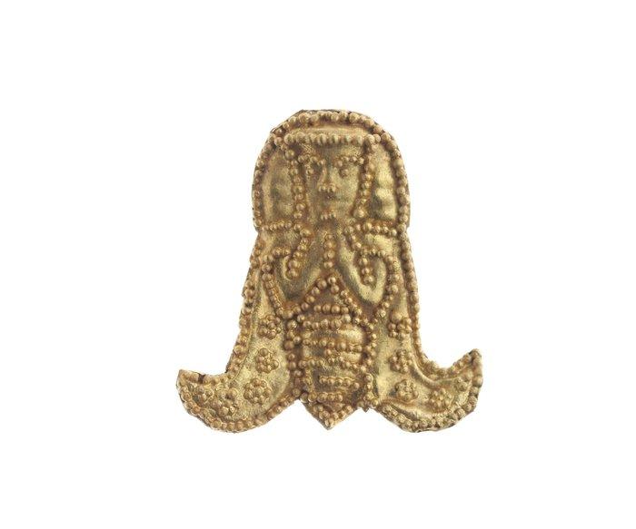 23. Το αντικείμενο από το οποίο είναι εμπνευσμένο το λογότυπο του Μουσείο αρχαίαςΕλεύθερνας. Θεά́ Μέλισσα. 7ος αι. π.Χ. Χρυσό́ κόσμημα από́ τη νεκρόπολη της Ορθής Πέτρας.
