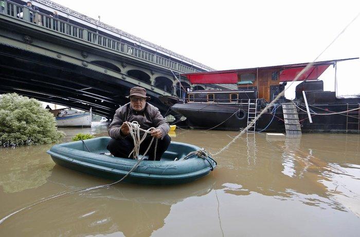 Κλείνει το Λούβρο στο πλημμυρισμένο Παρίσι - εικόνα 4