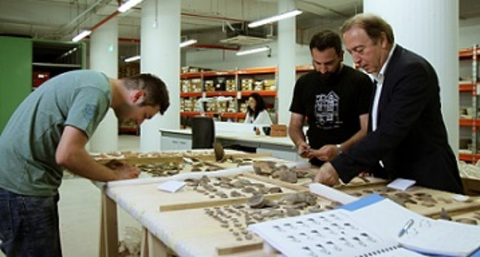 Ο Νίκος Σταμπολίδης και οι συνεργάτες του στα εργαστήρια Συντήρησης και Μελέτης του Μουσείου