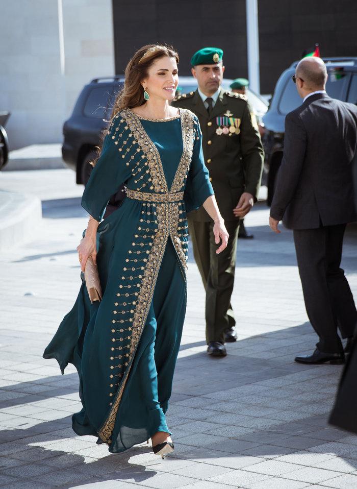 Η εκτυφλωτική βασίλισσα Ράνια και το σμαραγδένιο φόρεμα