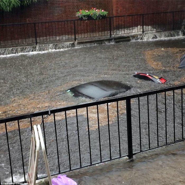 Χάος στη Βρετανία από ακραία καιρικά φαινόμενα και πλημμύρες - εικόνα 2