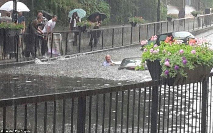Χάος στη Βρετανία από ακραία καιρικά φαινόμενα και πλημμύρες