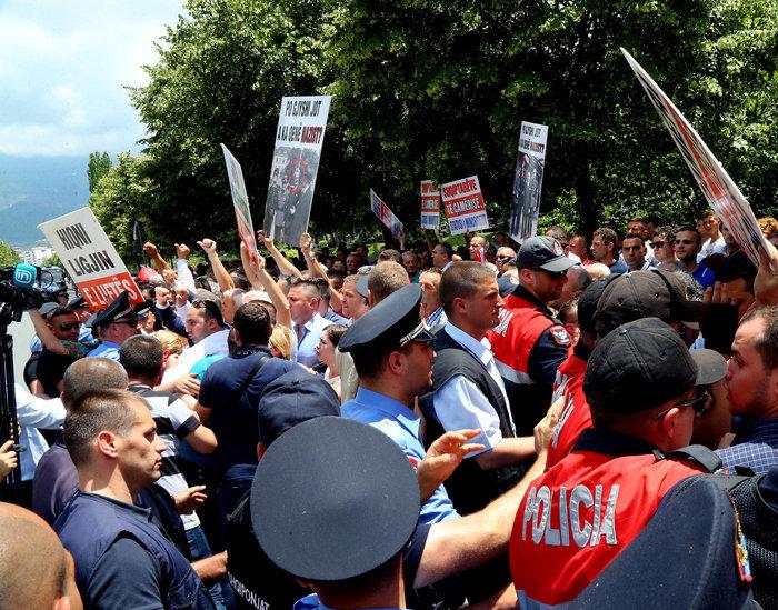 Οι διαδηλωτές κατέλαβαν τον χώρο μπροστά στο ΥΠΕΞ και κραύγαζαν συνθήματα όπως «Τσαμουριά μητέρα μας περίμενέ μας» και «καταργείστε το εμπόλεμο»