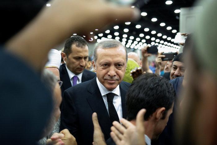 «Μουτρωμένος» φεύγει από την κηδεία του Μοχάμεντ Αλι ο Ερντογάν