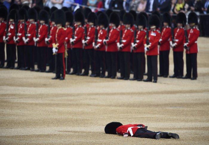 Ο φρουρός που «χάλασε» τα γενέθλια της βασίλισσας- Επεσε ξερός στο έδαφος - εικόνα 2