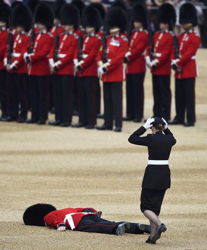 Ο φρουρός που «χάλασε» τα γενέθλια της βασίλισσας- Επεσε ξερός στο έδαφος - εικόνα 3