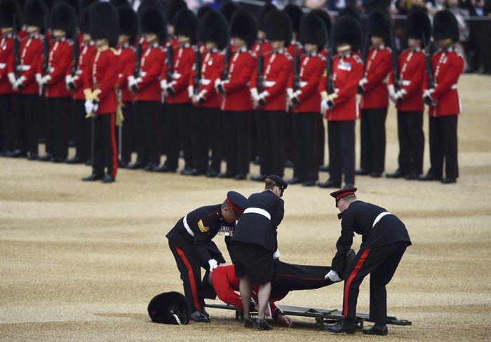 Ο φρουρός που «χάλασε» τα γενέθλια της βασίλισσας- Επεσε ξερός στο έδαφος - εικόνα 4