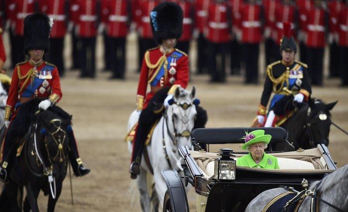 Ο φρουρός που «χάλασε» τα γενέθλια της βασίλισσας- Επεσε ξερός στο έδαφος