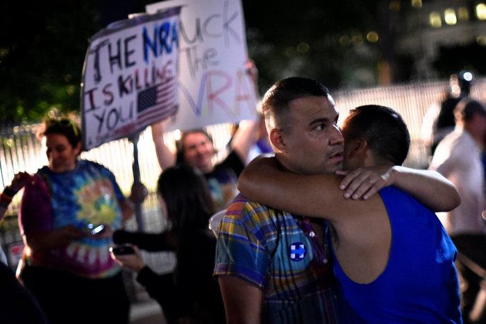 Ολονυκτίες και πορείες για τους νεκρούς του Ορλάντο - εικόνα 6