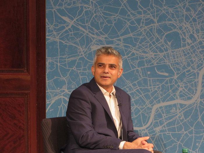«Ως πατέρας δύο έφηβων κοριτσιών, με απασχολεί έντονα αυτού του είδους η διαφήμιση που μπορεί να εξευτελίσει τους ανθρώπους» ανέφερε ο δήμαρχος του Λονδίνου