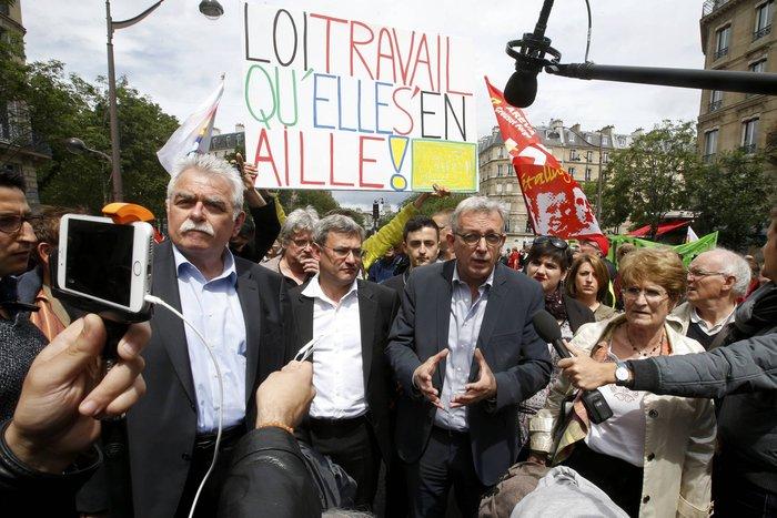 Μάχες αστυνομικών - μασκοφόρων διαδηλωτών σε μεγαλειώδη πορεία στο Παρίσι - εικόνα 7