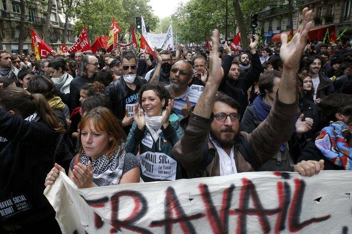 Μάχες αστυνομικών - μασκοφόρων διαδηλωτών σε μεγαλειώδη πορεία στο Παρίσι - εικόνα 9