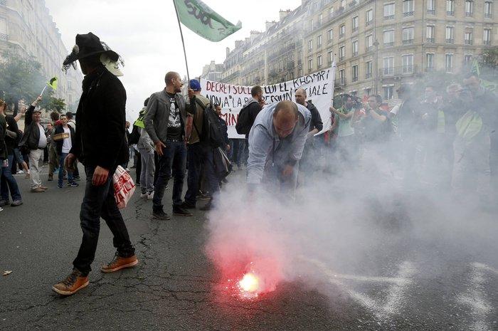 Μάχες αστυνομικών - μασκοφόρων διαδηλωτών σε μεγαλειώδη πορεία στο Παρίσι - εικόνα 10