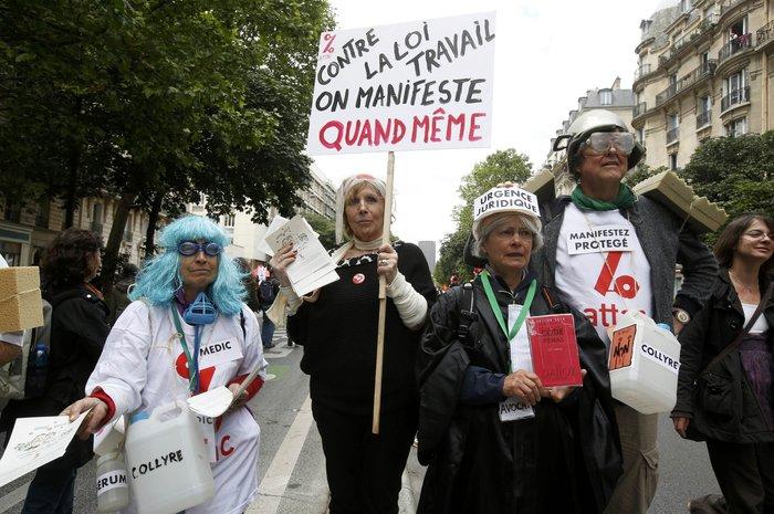 Μάχες αστυνομικών - μασκοφόρων διαδηλωτών σε μεγαλειώδη πορεία στο Παρίσι - εικόνα 12