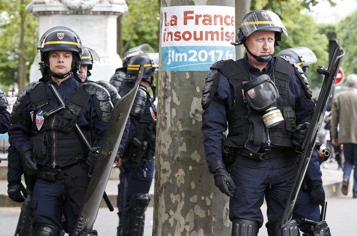 Μάχες αστυνομικών - μασκοφόρων διαδηλωτών σε μεγαλειώδη πορεία στο Παρίσι - εικόνα 13