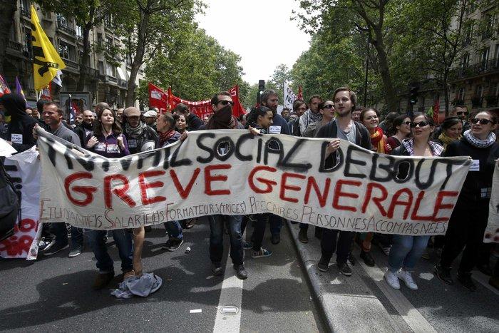 Μάχες αστυνομικών - μασκοφόρων διαδηλωτών σε μεγαλειώδη πορεία στο Παρίσι - εικόνα 14