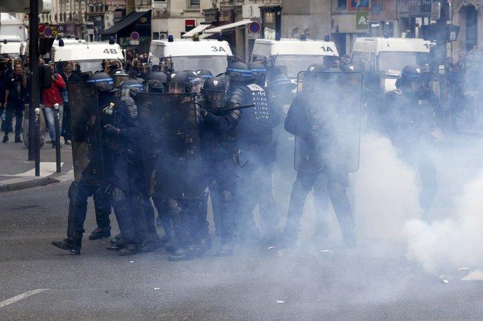 Μάχες αστυνομικών - μασκοφόρων διαδηλωτών σε μεγαλειώδη πορεία στο Παρίσι