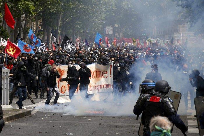 Μάχες αστυνομικών - μασκοφόρων διαδηλωτών σε μεγαλειώδη πορεία στο Παρίσι - εικόνα 2