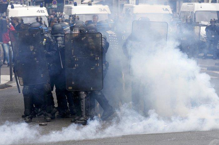 Μάχες αστυνομικών - μασκοφόρων διαδηλωτών σε μεγαλειώδη πορεία στο Παρίσι - εικόνα 3