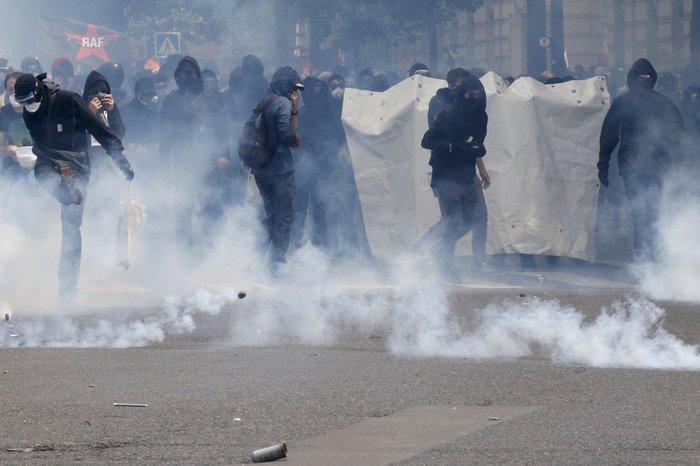Μάχες αστυνομικών - μασκοφόρων διαδηλωτών σε μεγαλειώδη πορεία στο Παρίσι - εικόνα 4