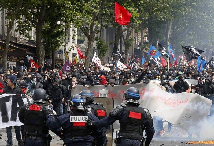 Μάχες αστυνομικών - μασκοφόρων διαδηλωτών σε μεγαλειώδη πορεία στο Παρίσι - εικόνα 5