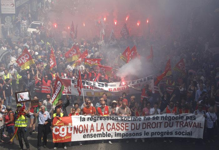 Μάχες αστυνομικών - μασκοφόρων διαδηλωτών σε μεγαλειώδη πορεία στο Παρίσι - εικόνα 6