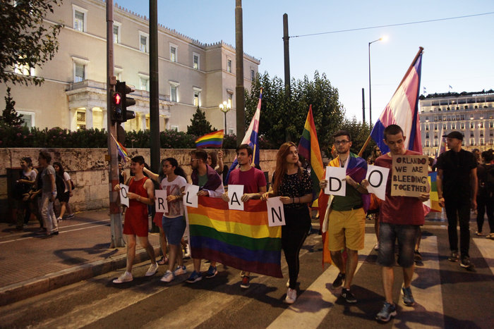 Συγκέντρωση ΛΟΑΤΚΙ στο Σύνταγμα για τα θύματα του Ορλάντο