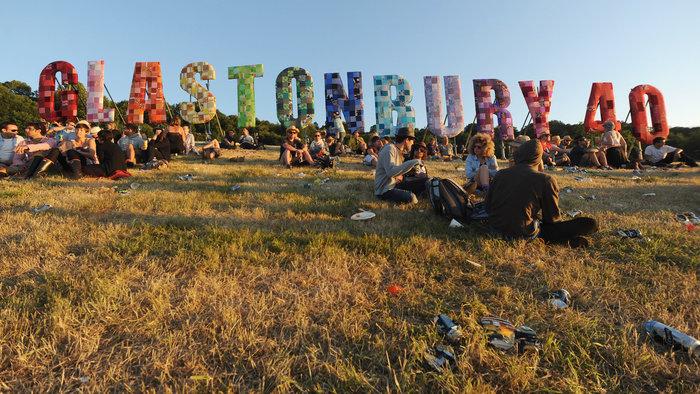 Το Φεστιβάλ Γκλάστονμπερι με αφιέρωμα στους Μπάουι, Πρινς και Λέμι - εικόνα 3