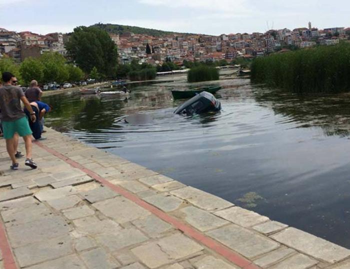 «Πάρκαρε» μέσα στη λίμνη της Καστοριάς! - ΦΩΤΟ