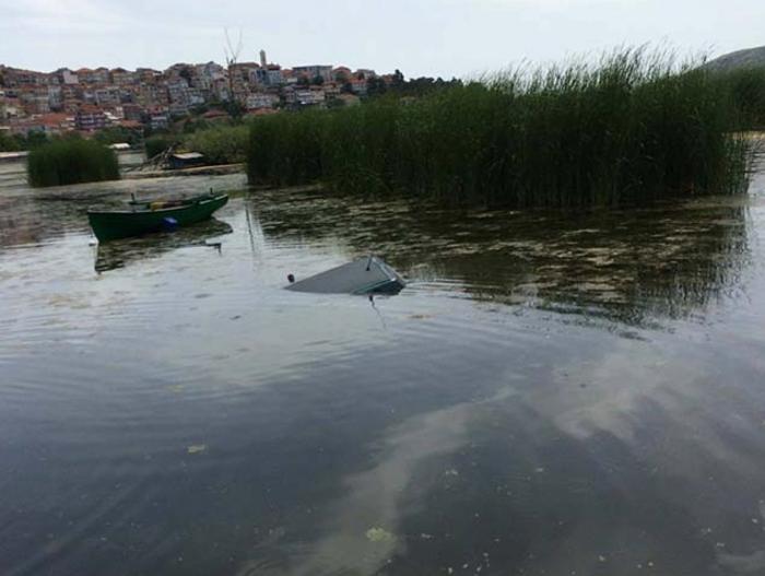 «Πάρκαρε» μέσα στη λίμνη της Καστοριάς! - ΦΩΤΟ - εικόνα 2