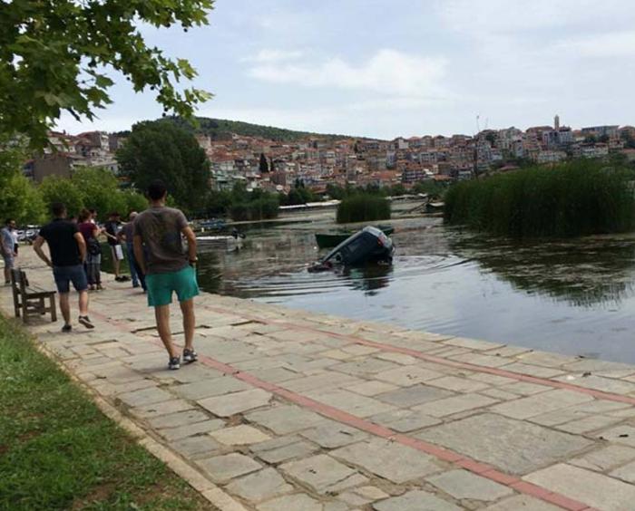 «Πάρκαρε» μέσα στη λίμνη της Καστοριάς! - ΦΩΤΟ - εικόνα 3