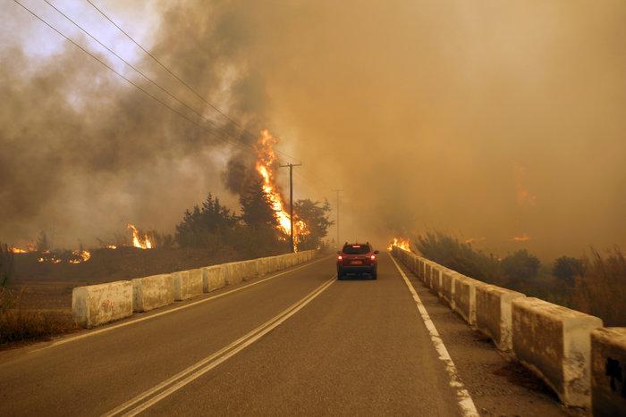 Συνεχίζεται η μάχη με τις φλόγες στη Ρόδο - Φωτο & Βίντεο
