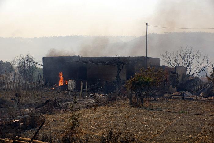 Συνεχίζεται η μάχη με τις φλόγες στη Ρόδο - Φωτο & Βίντεο - εικόνα 3