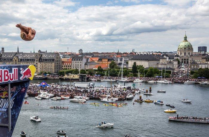 Καταδύσεις που κόβουν την ανάσα μπροστα στην όπερα της Κοπεγχάγης φωτό - εικόνα 2