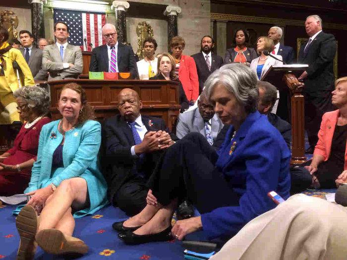 Πρωτοφανής καθιστική διαμαρτυρία Δημοκρατικών στο Κογκρέσο - εικόνα 2