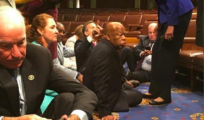 Πρωτοφανής καθιστική διαμαρτυρία Δημοκρατικών στο Κογκρέσο