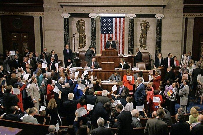 Πρωτοφανής καθιστική διαμαρτυρία Δημοκρατικών στο Κογκρέσο - εικόνα 3