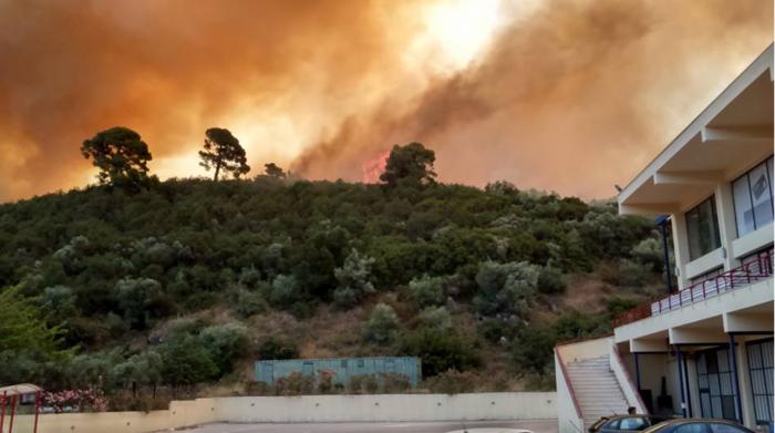 Σε εξέλιξη πυρκαγιά κοντά σε σπίτια στη Χαλκιδική