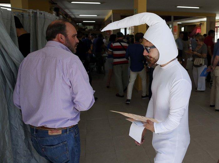 Ντύθηκε... σπέρμα και πήγε να ψηφίσει! - εικόνα 2