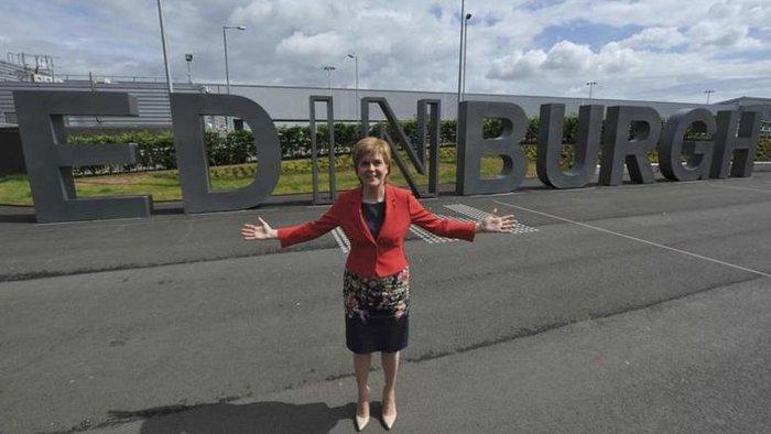 Το κενό που φαίνεται να υπάρχει στο βρετανικό πολιτικό σκηνικό σπεύδει να καλύψει η πρωθυπουργός της Σκωτίας Nicola Sturgeon