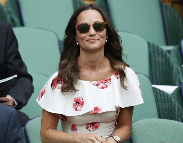 Το... αλά Σάρον Στόουν σταυροπόδι της Πίπα Μίντλετον στο Wimbledon