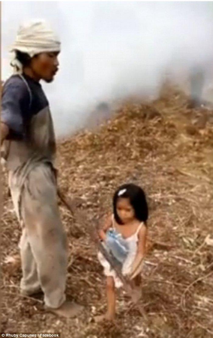 Πεντάχρονο κορίτσι οδηγεί τον τυφλό πατέρα του στη δουλειά