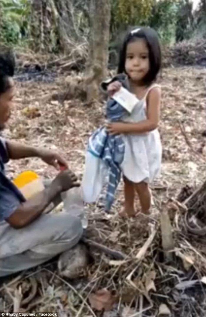 Πεντάχρονο κορίτσι οδηγεί τον τυφλό πατέρα του στη δουλειά - εικόνα 2