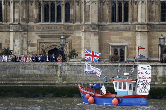 Η πρωθυπουργός της περιοχής, Νίκολα Στέρτζον, επιχειρηματολογεί ότι ο νόμος για τη Σκοτία του 1998 (Scotland Act 1998), δίνει στο ημιαυτόνομο κοινοβούλιο τη δυνατότητα να απορρίψει το βρετανικό δημοψήφισμα